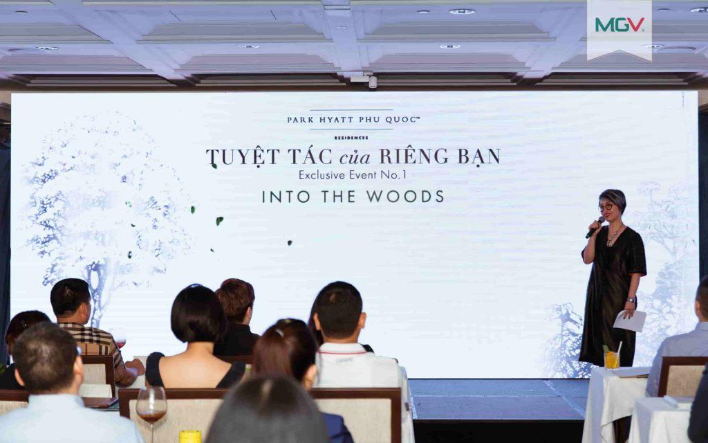Host Quỳnh Hương dẫn dắt các vị khách mời vào chương trình